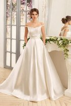 Sweep Zug Romantisches Bodenlanges Brautkleid mit Applike aus Satin