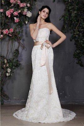 Enges Trägerlos Anständiges Brautkleid mit Bordüre mit Schleife