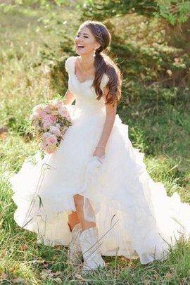 Klassisches V-Ausschnitt Kurze Ärmeln Brautkleid mit Bordüre mit Rüschen
